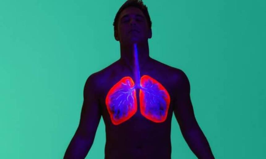 Πνευμονία: Τι την προκαλεί, πώς συνδέεται με το κρυολόγημα και τι πρέπει να κάνετε [vid]