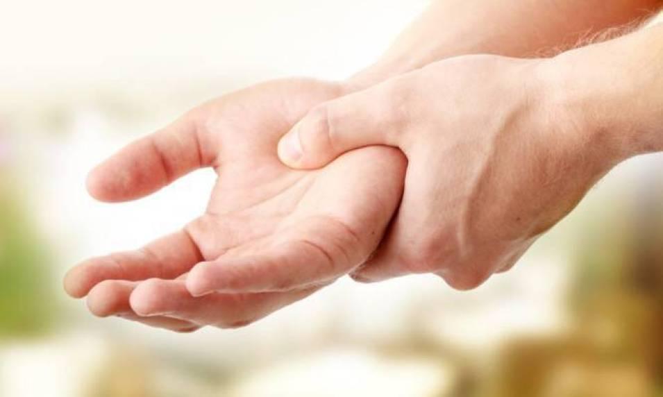 Μούδιασμα χεριών: Όλες οι πιθανές αιτίες [λίστα]
