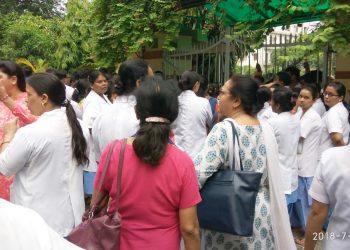 BHU अस्पतालः ICU बेड न मिलने सेनर्स ने अपने ही अस्पताल में तोड़ा दम, सहयोगियों ने घेरा VC आवास
