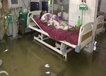 पटना: नालंदा मेडिकल कॉलेज में घुसा पानी, ICU में तैर रहीं मछलियां