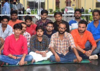 BHU: छात्रों के सस्पेंशन मामले ने पकड़ा तूल, धरने पर बैठे छात्र