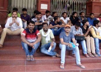 BHU: कर्मचारियों को अंदर बंद कर छात्र धरने पर बैठे