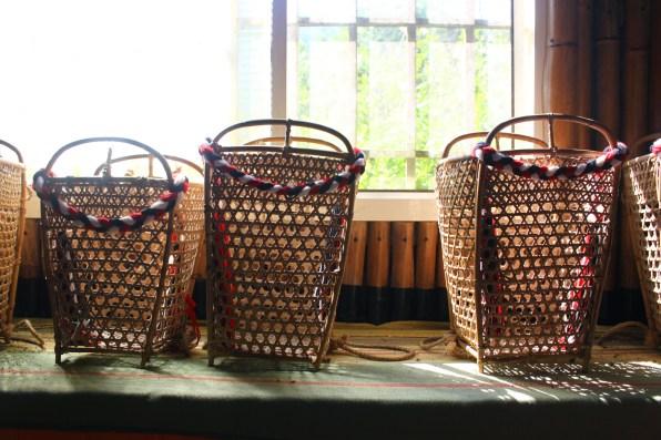 體驗教室一側展有族人編織的竹簍。