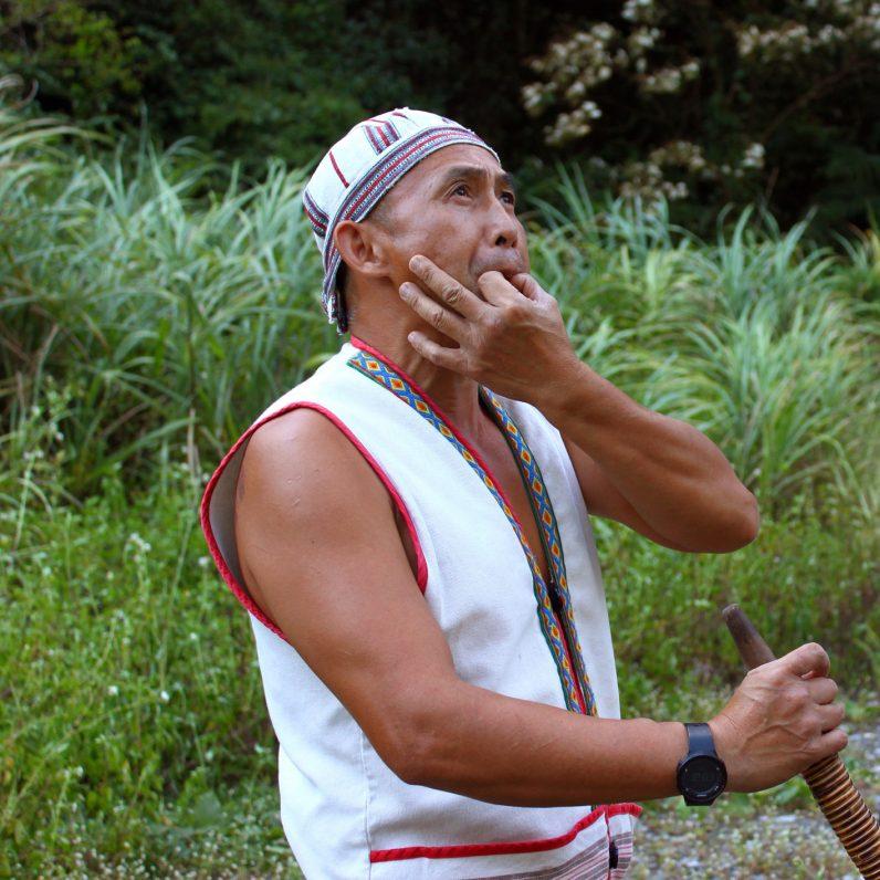 在野溪旁巧遇一名部落獵人,示範模仿大冠鷲叫聲,栩栩如生。
