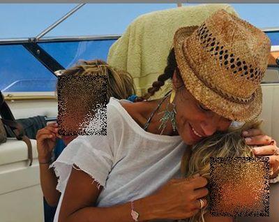 Attrice Veronica Maya con i suoi figli in vacanza nel mediterraneo