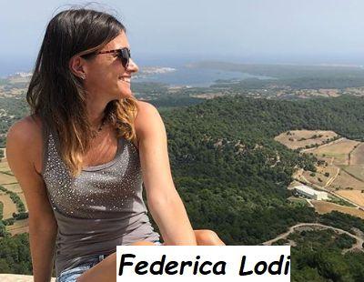 Federica Lodi osserva il panorama