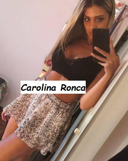 Foto in bikini di Carolina Ronca corteggiatrice Giacomo Czerny mentre si fa un selfie