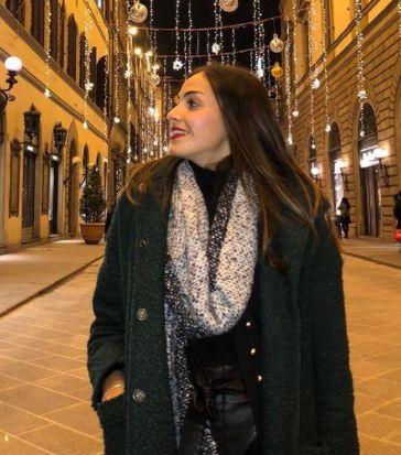 Vanessa Spoto corteggiatrice di Uomini e donne a passeggio per le vie di Prato