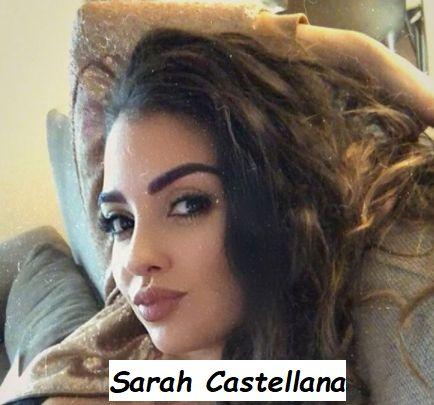 Giornalista sportiva Sarah Castellana seduta mentre si fa un selfie