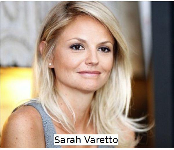 Sarah Varetto in abito semplice sorride alla fotocamera