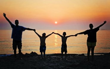 Family_holiday_beach_sunset.jpg?resize=370%2C232&ssl=1