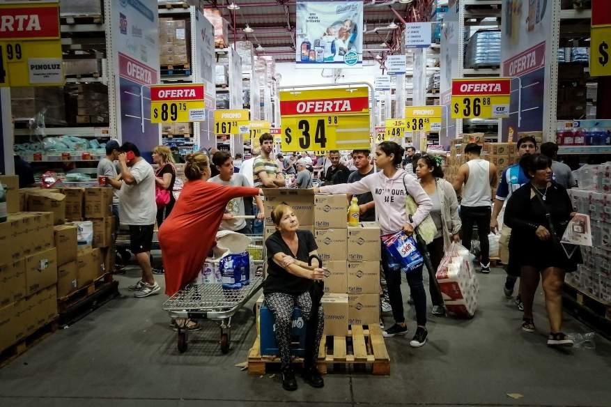 Avoiding large crowded supermarkets is essential for social distancing. (Photo: EFE).