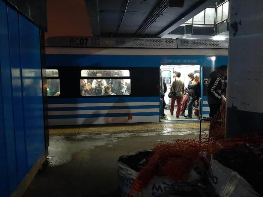 Passengers stopped on the Sarmiento train. (Photo: TN and La Gente).