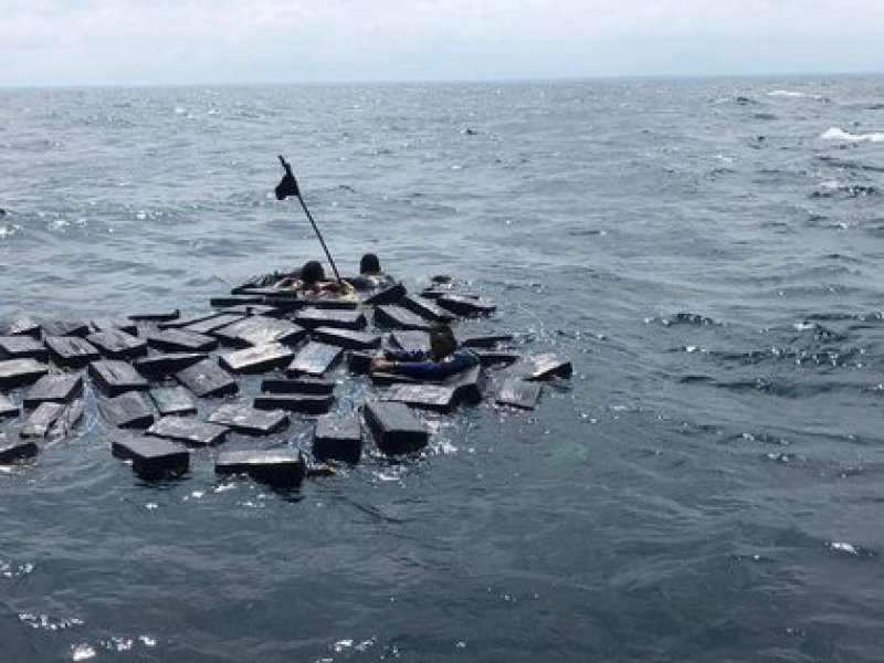 Three alleged drug traffickers use packages of cocaine as floats during an anti-drug operation in waters of the Pacific Ocean, off the coast of Colombia, September 28, 2019. Colombian Navy (Photo: VIA / REUTERS THIS IMAGE WAS SUPPLIED BY A THIRD PARTY )
