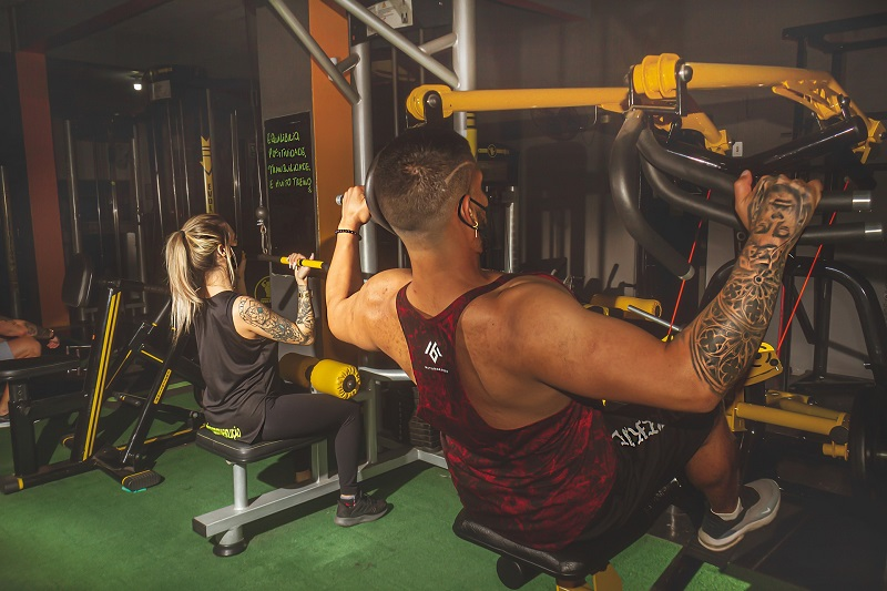 Herbalife24 Products Man and Woman Lifting Weights in a Gym