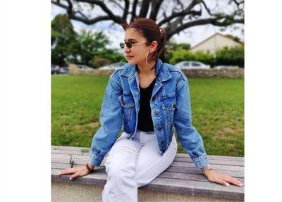 Anushka steals limelight from Kohli in NZ