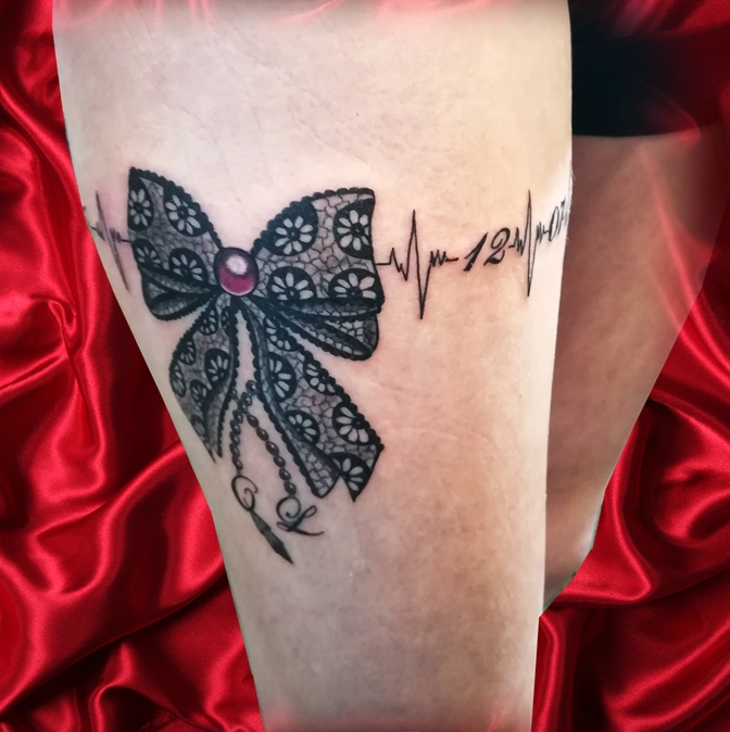 Garter knot thigh tattoo - tatouage nœud jarretière - France (40)