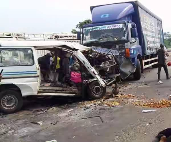 13 killed, 10 injured as truck crushes two buses on Lagos-Ibadan Expressway - New Telegraph Newspaper