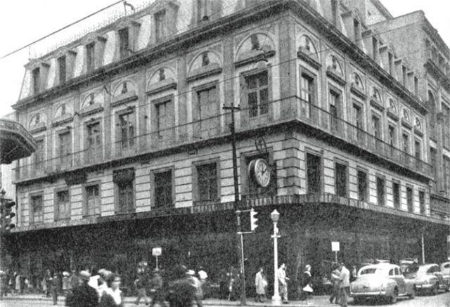El edificio de la joyería Palais Royal perteneciente a la firma R. Fernández y Compañía, situado en la esquina de 16 de Septiembre y Palma, en una fotografía de 1947. Este inmueble, de estilo afrancesado y famoso por los medallones de personajes históricos en la fachada, fue construido por el ingeniero José Besozzi en el sitio que ocupara el célebre café del Hotel de la Bella Unión.