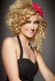 fun curly hairstyle summer