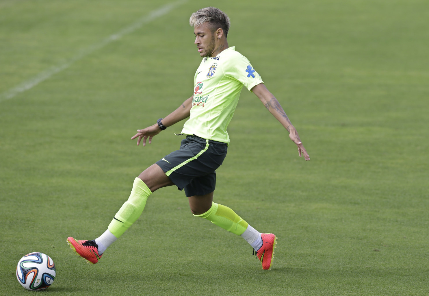 Neymar Shows Off A New Look And Hairstyle For The World