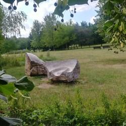 Kamenná skulptura nedaleko Nepomuckého rybníka v Centrálním parku Stodůlky
