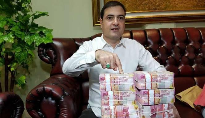 Wow, Sam Aliano Tunjukkan Uang 1 Miliar Rupiah Hadiah Sayembara