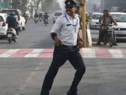 [VIDEO] Aksi Polisi Atur Lalu Lintas Sambil Joget Moonwalk