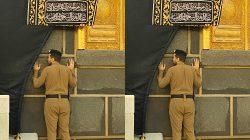 Khusyuk Berdoa di Multazam