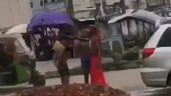 Suspected Yahoo Boys Bath On The Road As Native Doctor Performs Ritual On Them Watch Video