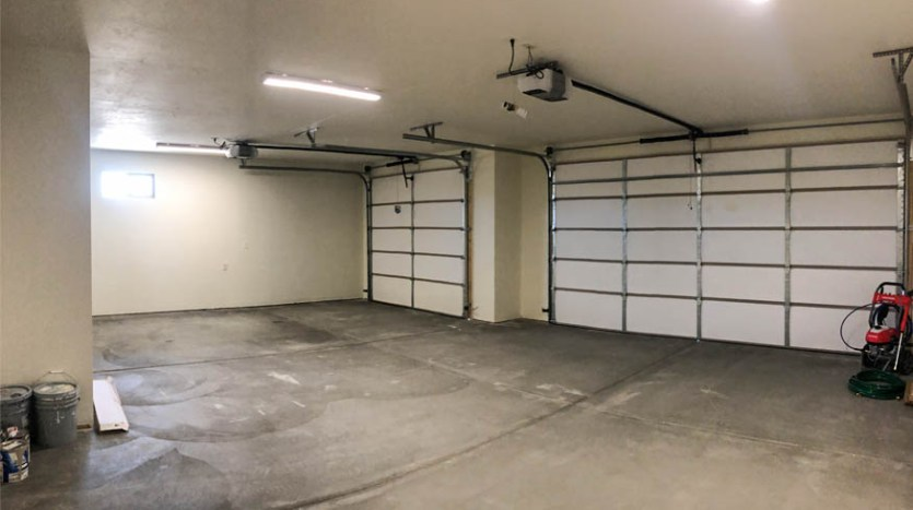 852 Fire Agate has an oversized 3-car garage.