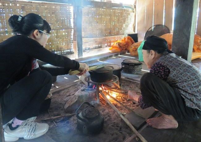 Bản làng Tiến Thắng – Nhà người dân tộc Tày- Hương, Bà cụ