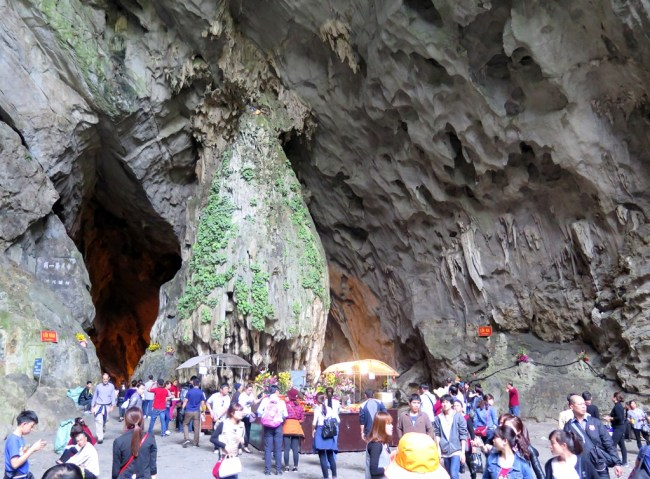 Động Hương Tích. Photo: TốngMai