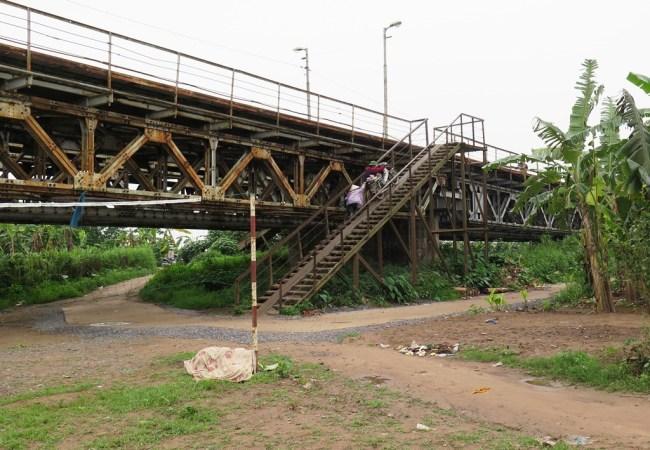 Cầu thang xuống bãi giữa sông Hồng. Photo: TốngMai
