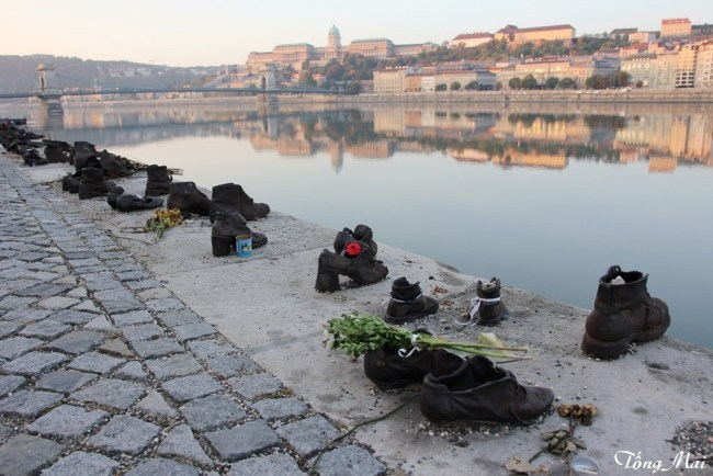 The Shoes on the Danube Promenade at daybreak – Photo: TốngMai.