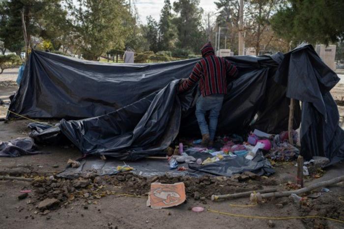 mexican man breaks his campsite in park in ciudad juarez not far bridge rio 640x426 1