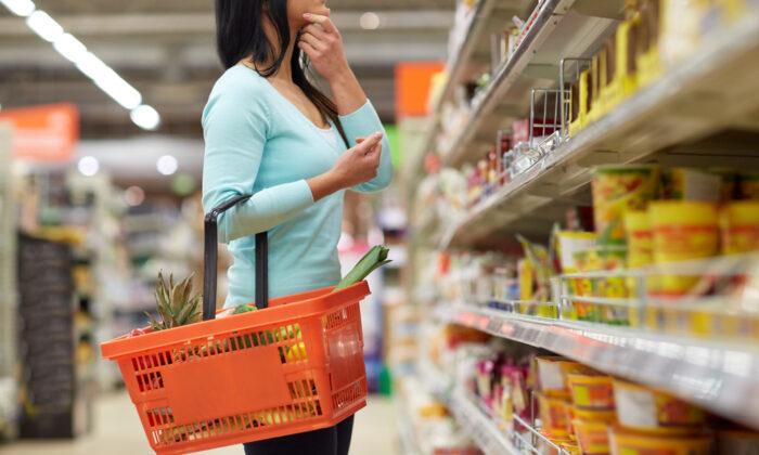 woman grocery shopping 700x420 1