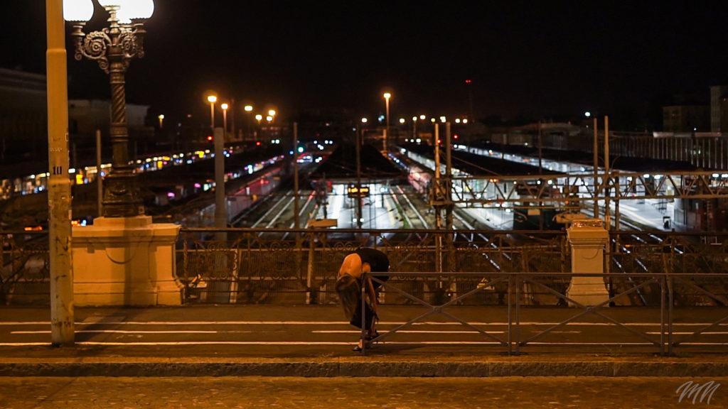 Chinata sul ponte