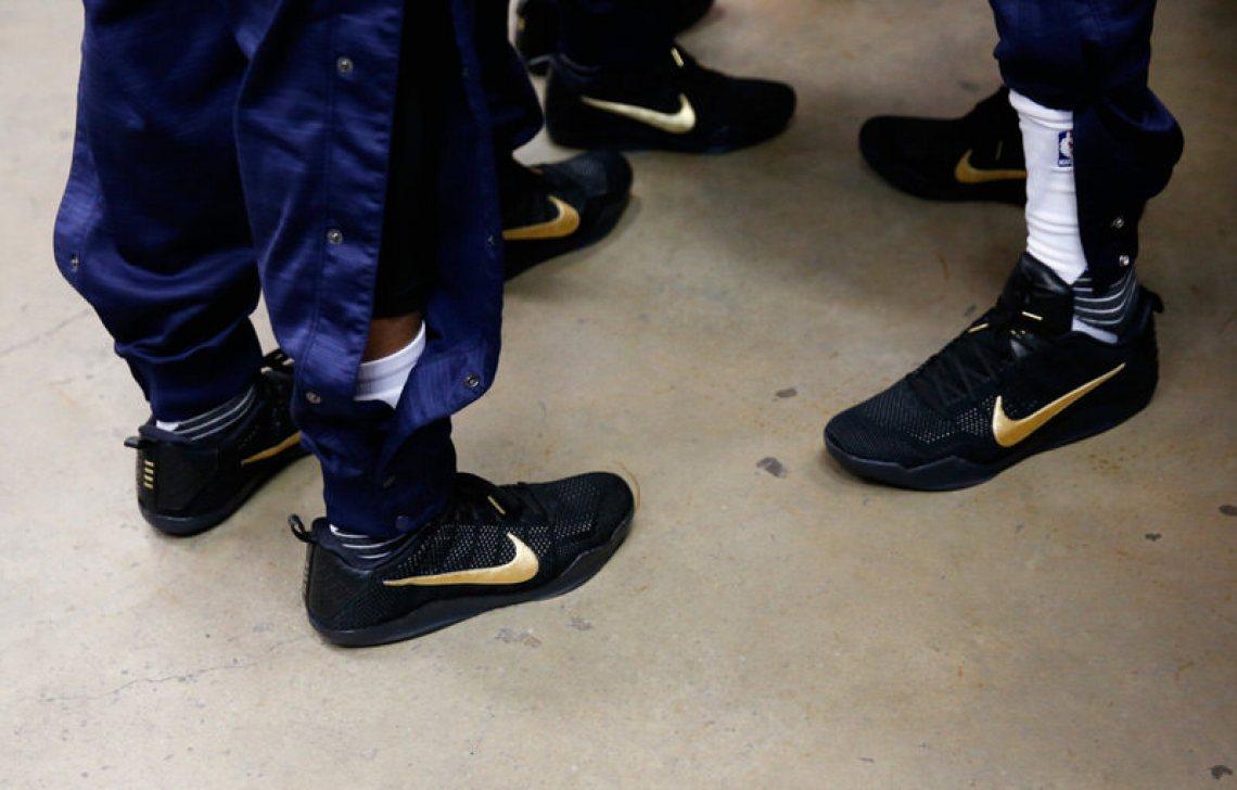 """The Atlanta Hawks in """"Fade to Black"""" Nike Kobe 11"""