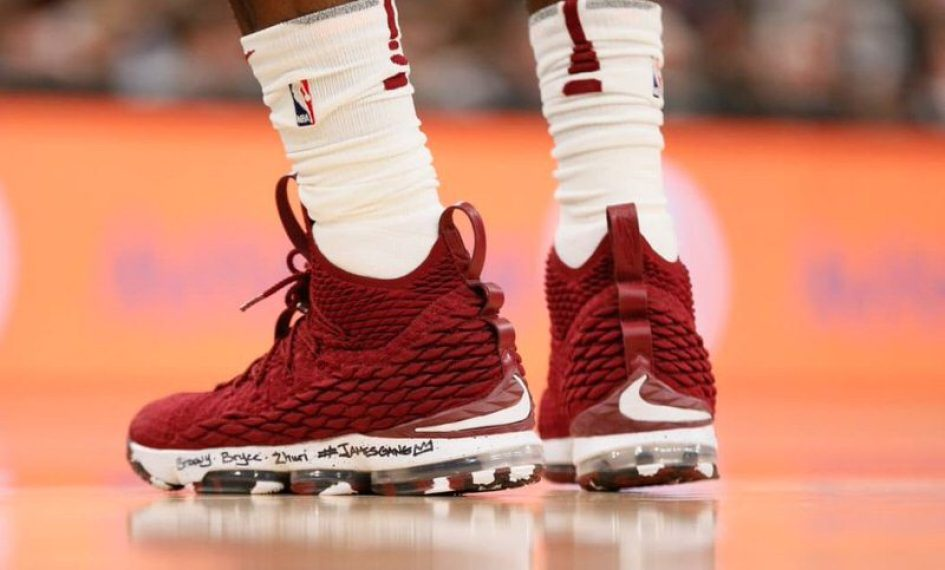 47b91fc9b10 LeBron James Wore Nike LeBron 15 PE To Reach 30