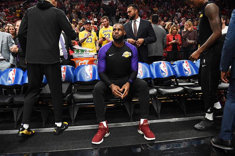 "Nike LeBron 16 ""King"""