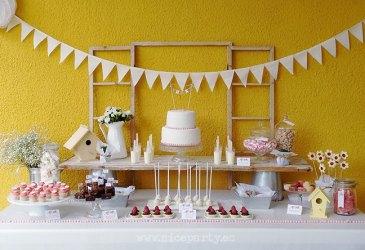 Una mesa de dulces con aire rústico para una comunión