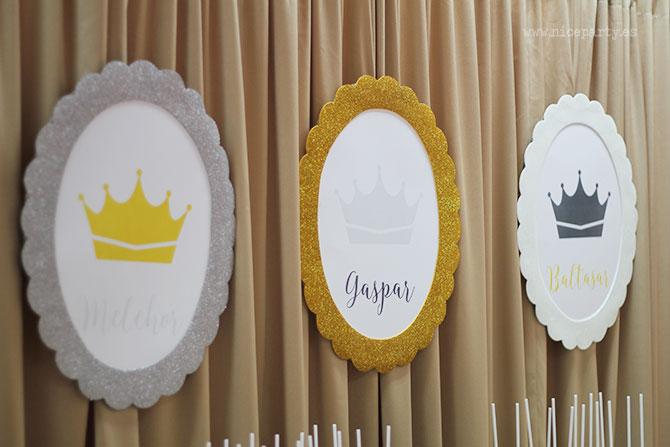 Nice Party: Decoración fiesta de Los Reyes Magos: Mesa de dulces con fondo dorado y marcos de purpurina
