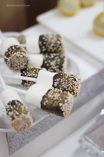 Nice Party: Decoración fiesta de Los Reyes Magos: Mesa de dulces con fondo dorado y marcos de purpurina. Nubes con chocolate