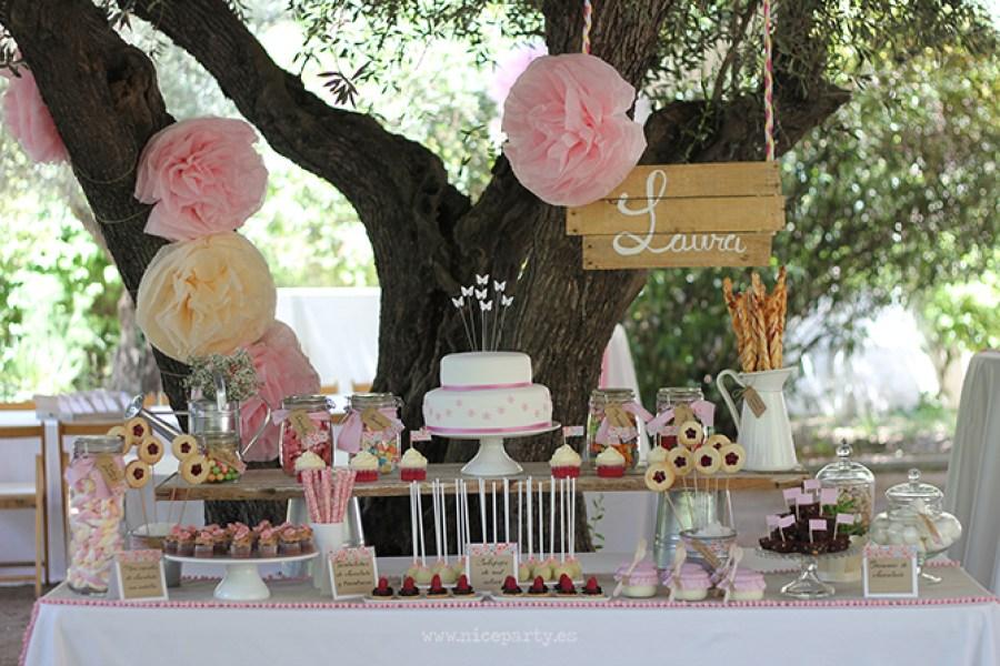 Nice Party Comunión rústica en color rosa. Mesa de dulces rustica en rosa
