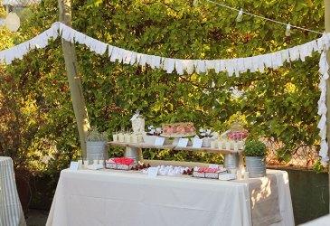 Una mesa de dulces para una fiesta de verano