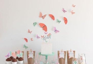 Mesa dulce con decoración de mariposas