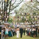 Guirnaldas everywhere: Casarse en el monte con banderines de colores
