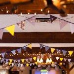 Guirnaldas everywhere: Banderines amarillos y grises y donuts, muchos donuts