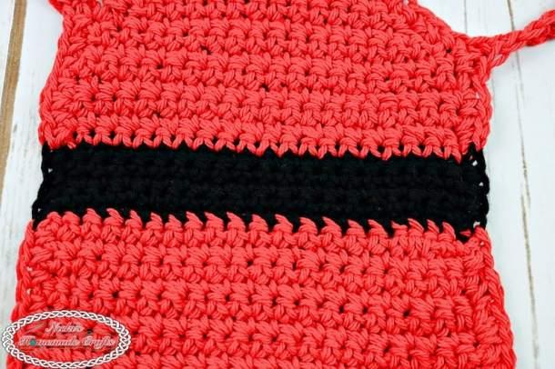 Wine Bottle Santa Apron - Free Crochet Pattern by Nicki's Homemade Crafts #crochet #christmas #freecrochetpattern #santa #winebottle